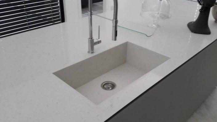 כיור זכוכית לבן מעוצב - Kitchen Gallery