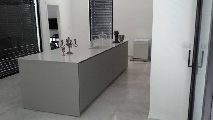 מטבח זכוכית לבן - Kitchen Gallery