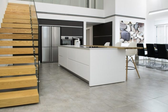 מטבח מודרני לבן עם עץ