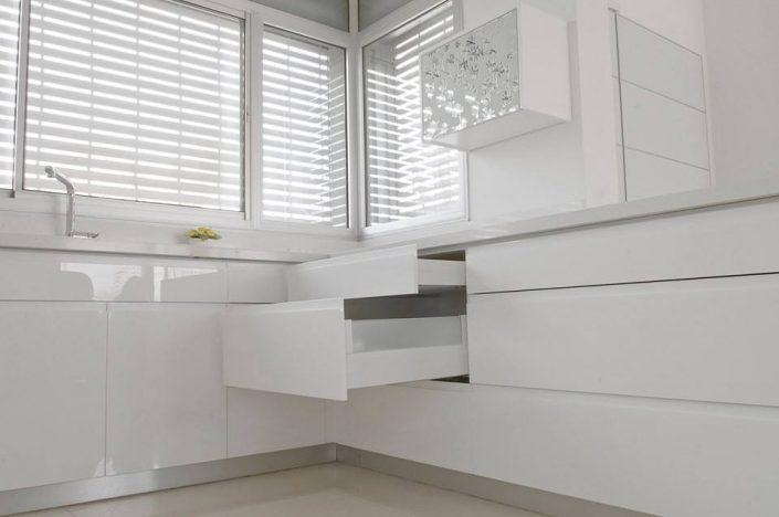 מטבחים לבנים - Kitchen Gallery