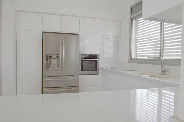 מטבח לבן בצבע איכותי - Kitchen Gallery