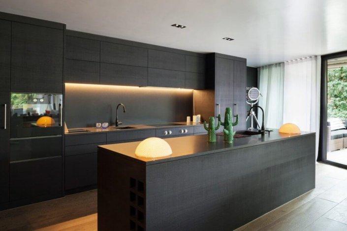 מטבח עם אי שחור מודרני