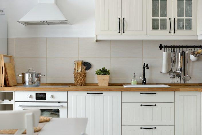 מטבח לבן בסגנון כפרי